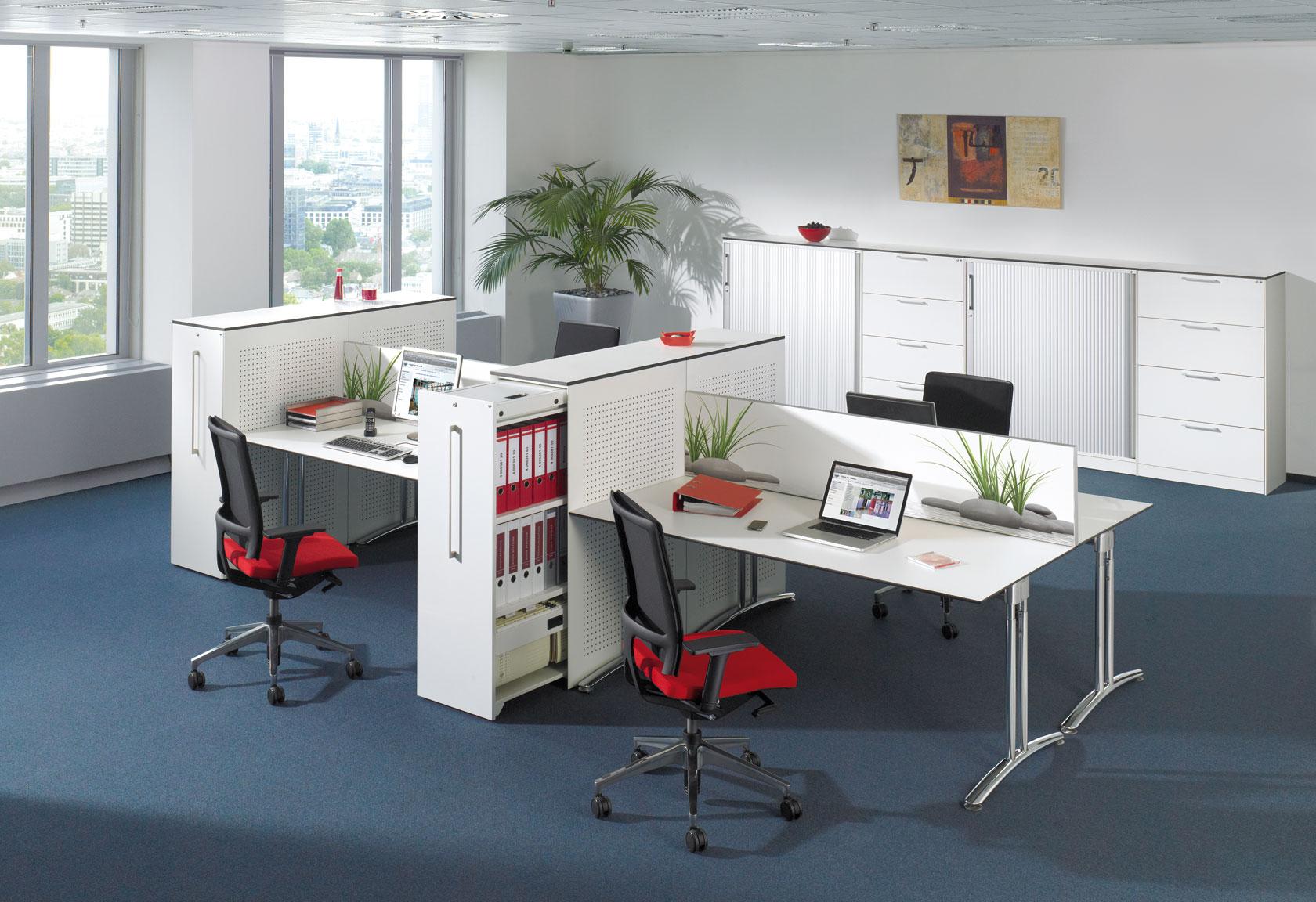 Gruppenarbeitsplatz mit integriertem Auszugsschrank