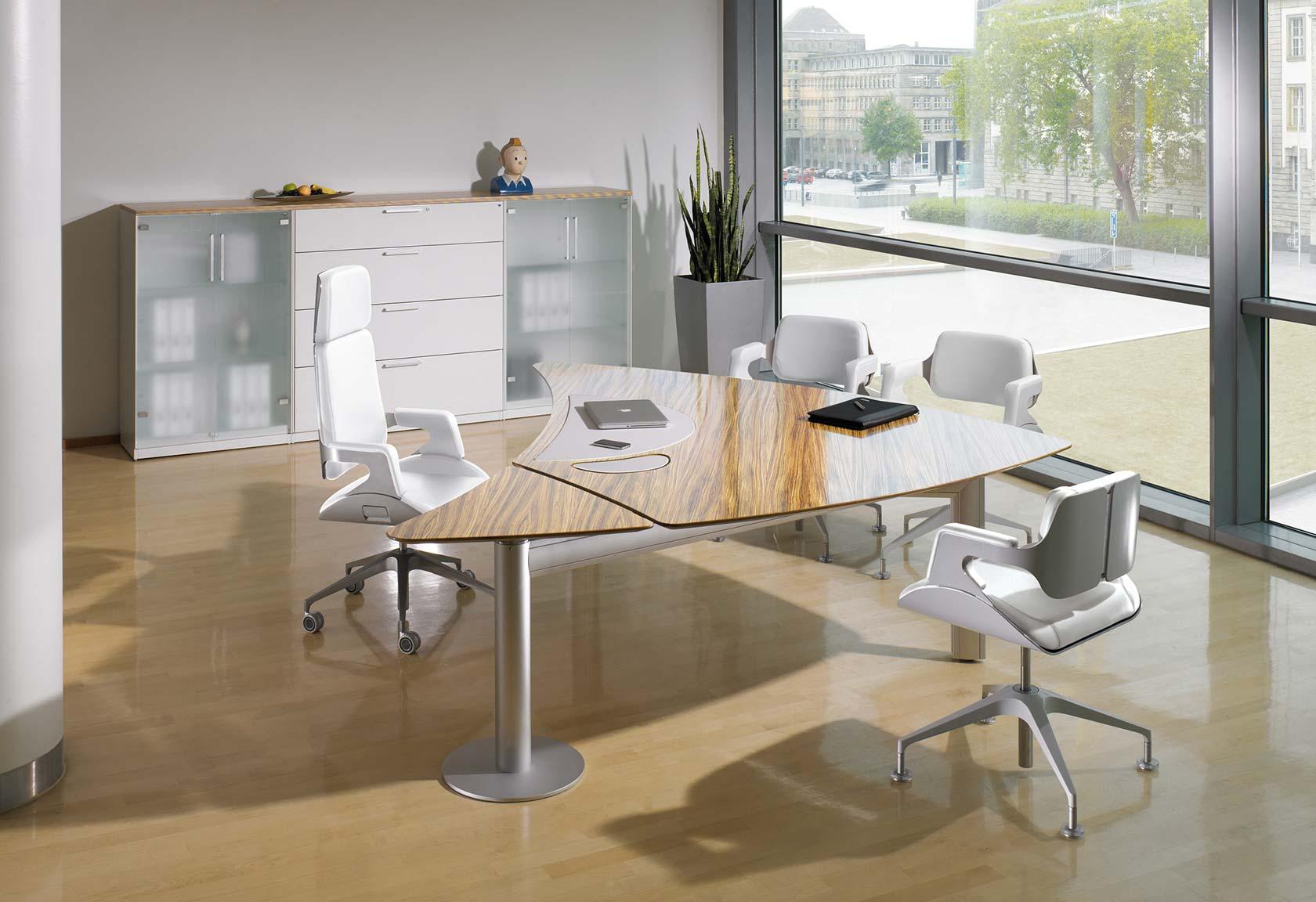 Helles Chefbüro mit Hochglanz-Tischplatte