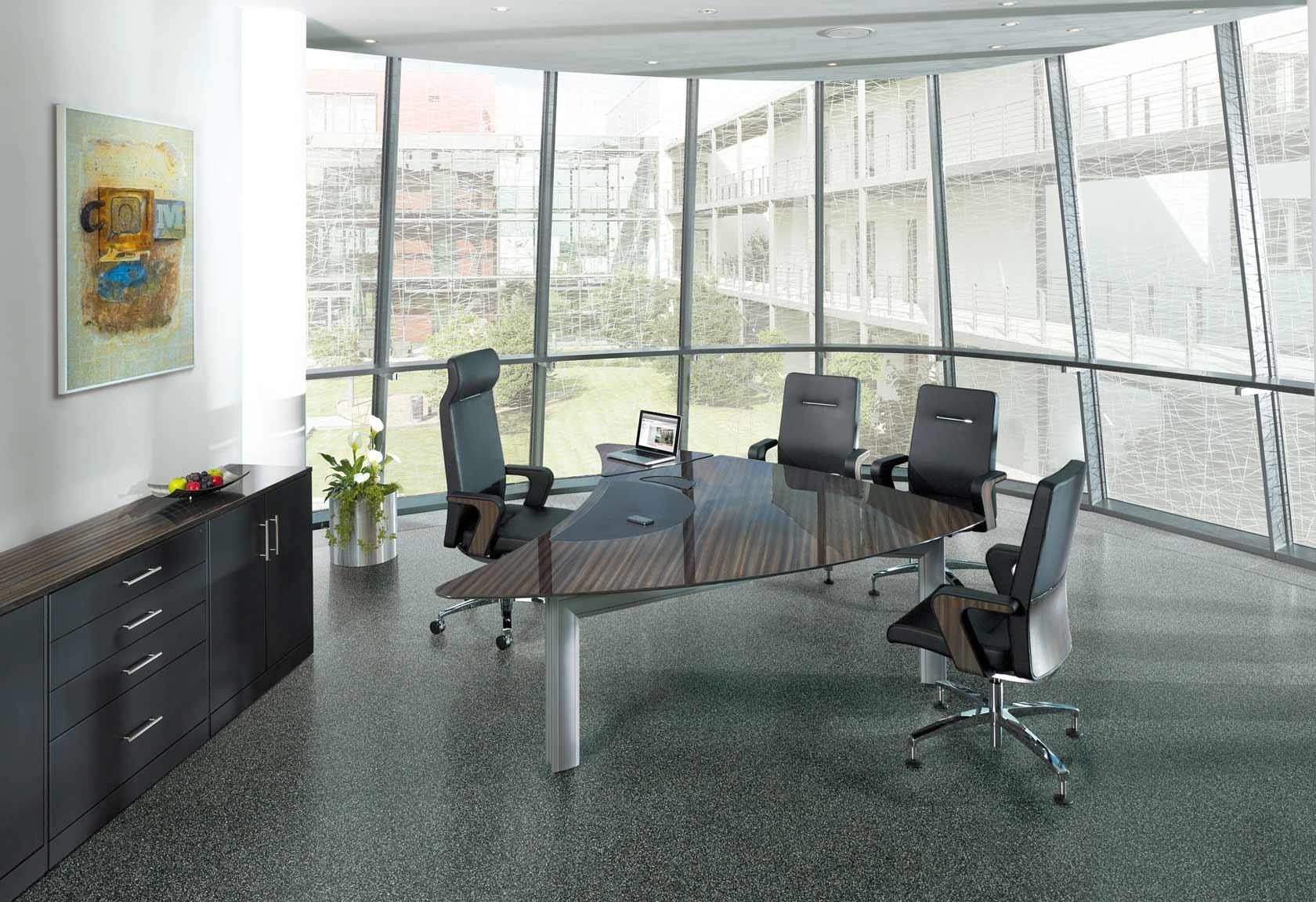 Edles Chefbüro mit Hochglanz-Tischplatte
