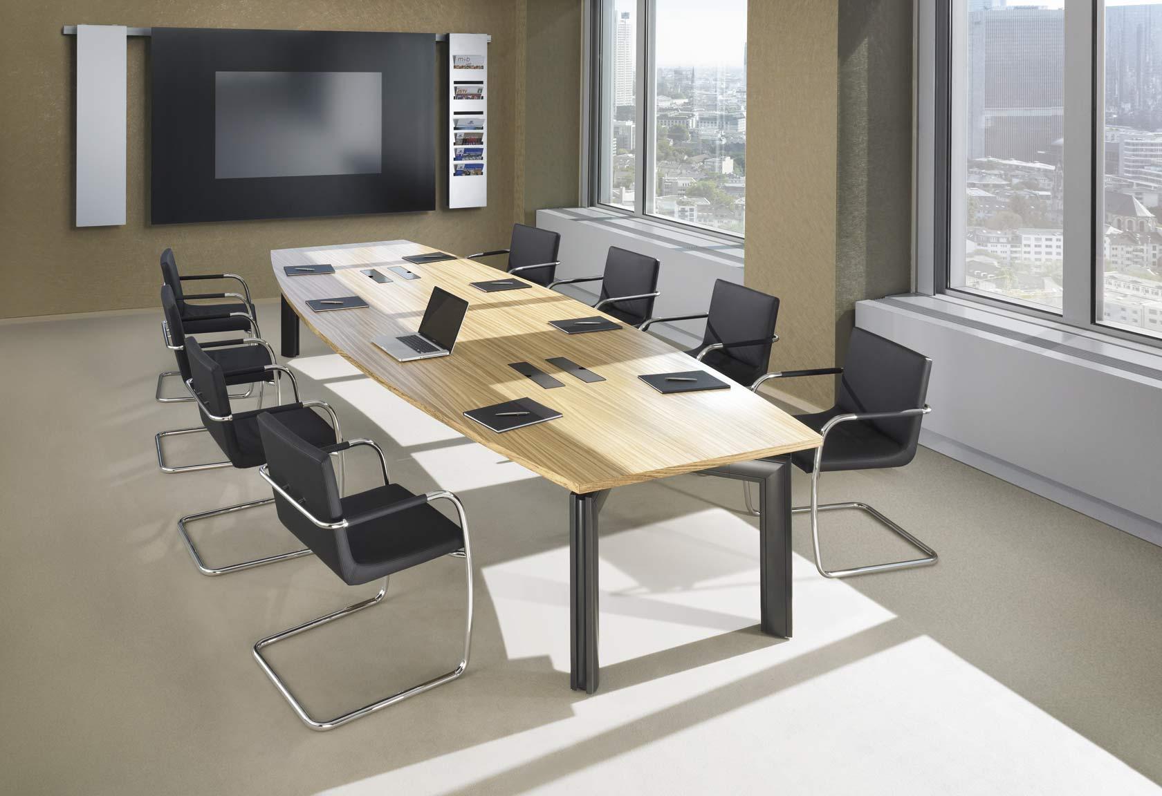 Moderner Konferenztisch mit integriertem Kabelmanagement