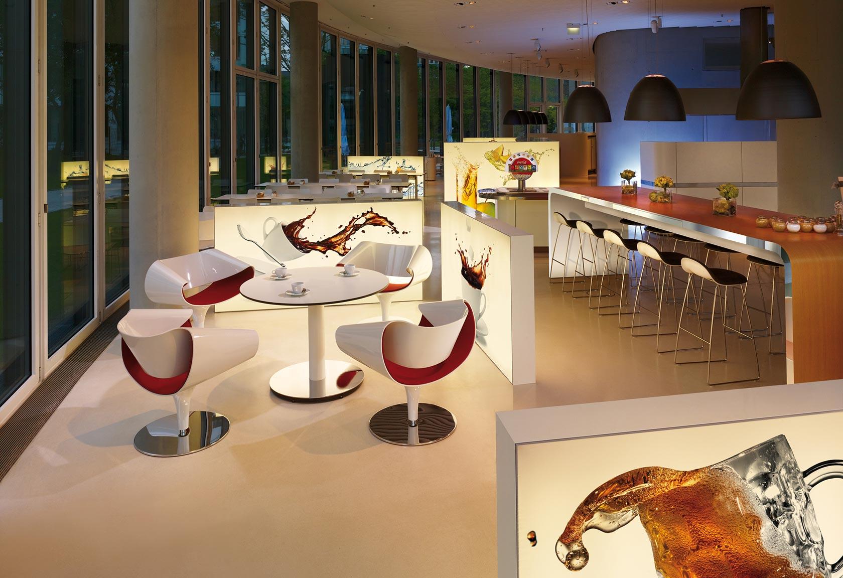 Cafeteria mit beleuchteten Bildwänden