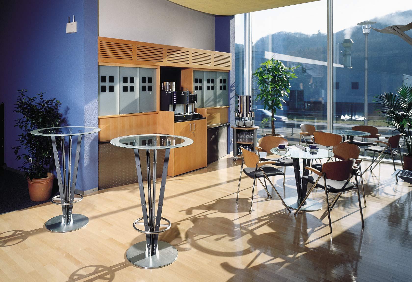 Caféteria mit Sitz- und Stehtischen