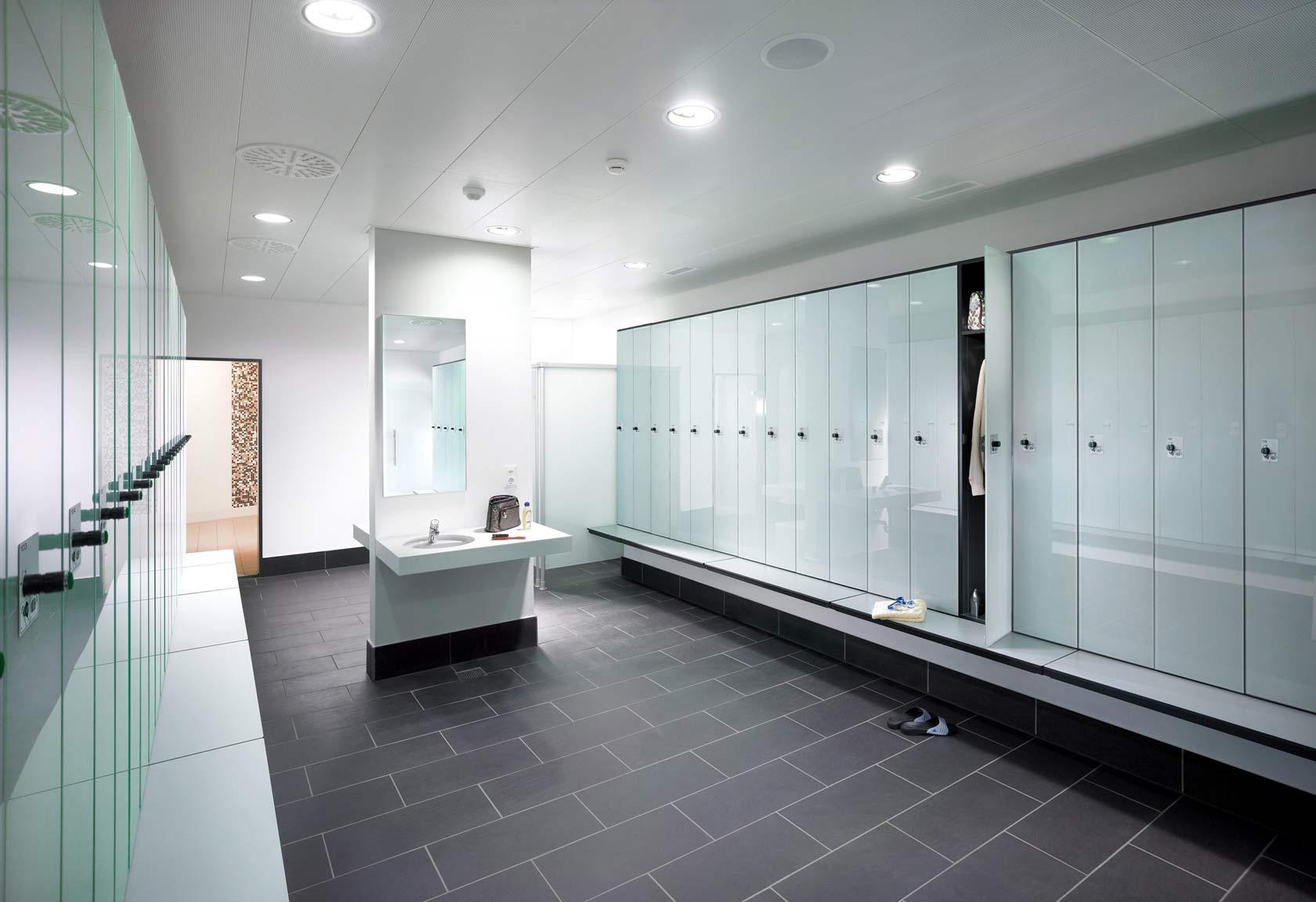 Umkleiderraum mit hochwertigen Glastüren